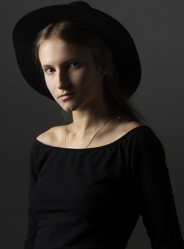 portret Девушка в шляпеphoto preview