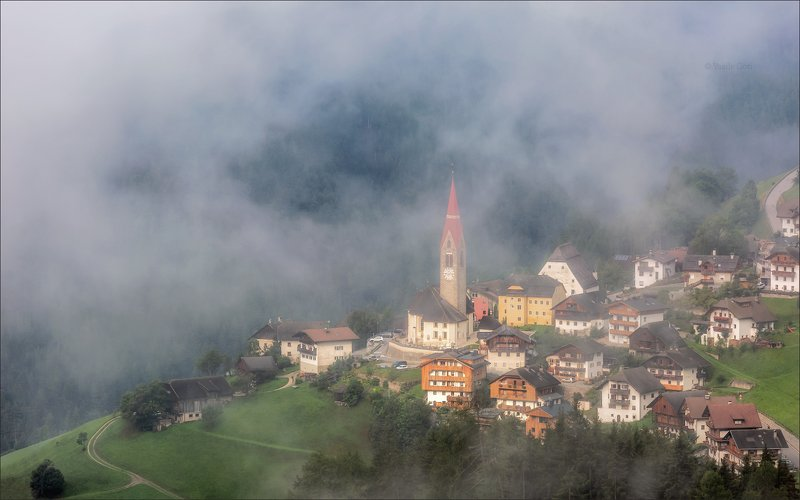 доломитовые альпы,pieve-di-marebbe,деревня,val-pusteria,лето,италия,туман,alps Туман обволакивает...photo preview