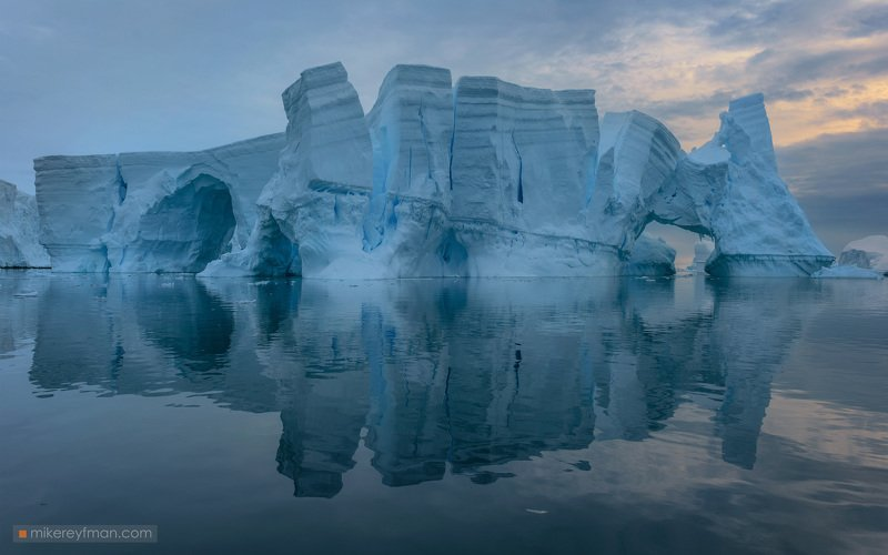 iceberg, gentoo, penguin, chinstrap, dramatic-sky, polar climate, antarctic, antarctica, cold, romantic, extreme Castlebergphoto preview