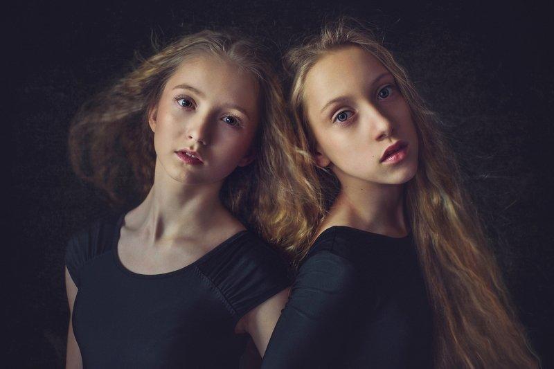 girl, portrait, child, natural light, friends Dependencephoto preview