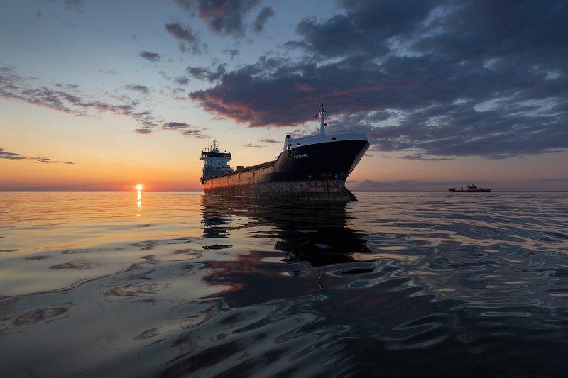 Корабль. Финский залив. На рейде Финского залива.photo preview