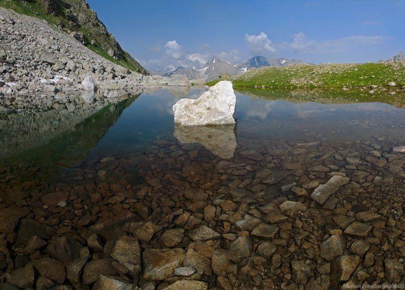 Озеро и каменьphoto preview