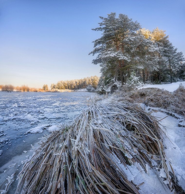 На берегу замерзшей реки IIphoto preview