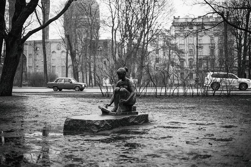 девушка город черно-белое питер В городеphoto preview