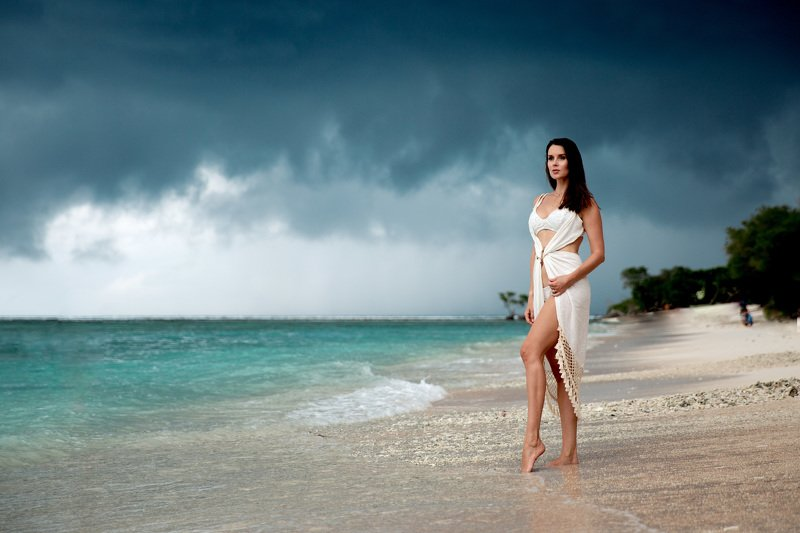 бали пляж камни море небо облака девушка Бали...photo preview