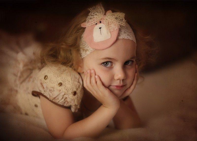 Девочка и пушистый комочекphoto preview