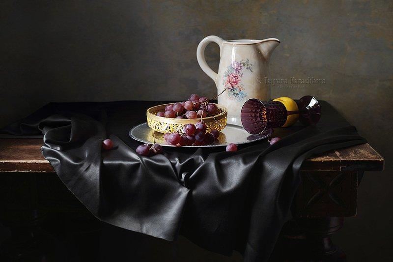натюрморт, красный виноград, стол, кувшин Вариации с красным виноградом и кувшином на столеphoto preview