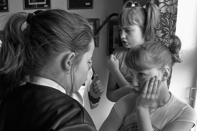 девочка, взгляд, чб, апатиты, танцы Разговор подружекphoto preview
