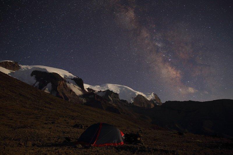 эльбрус ночь звезды созвездия млечный путь горы палатка пеший туризм астрономия Номер в 3000 звездphoto preview