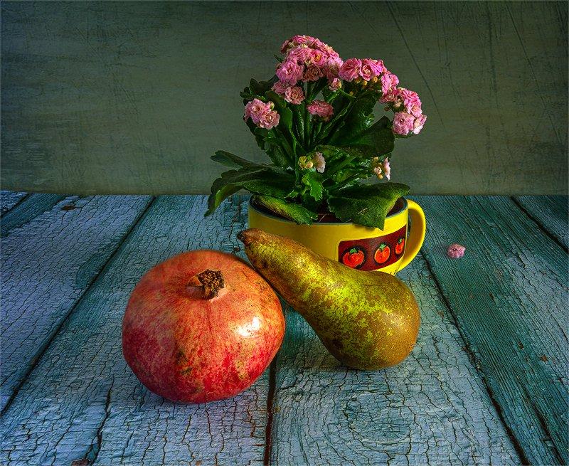 still life, натюрморт,  цветы,  каланхоэ, фрукты, еда, груша, гранат, спелый, вкусный, натюрморт с грушей, гранатом и цветущей каланхоэphoto preview