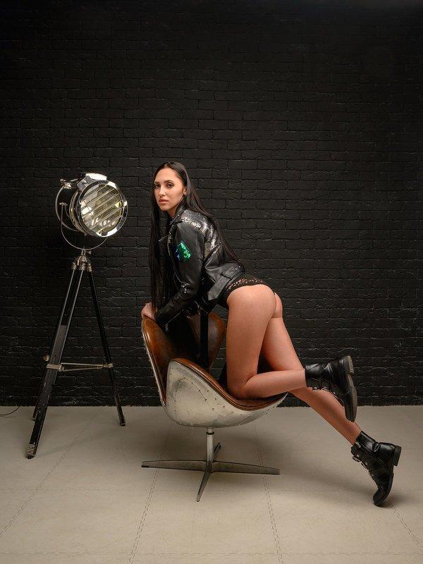 девушка, брюнетка, girl, brune, posing, searchlight, chair, кресло, прожектор, позирование Glam Rockphoto preview