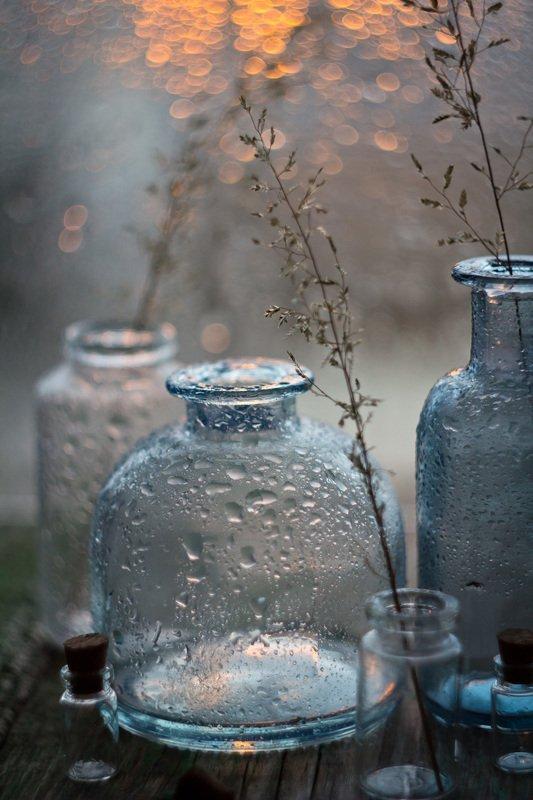 трава, натюрморт, боке, прозрачный, брызги, вода, закат, солнце, бутылки, банки, стекло, красивый, лето На закатеphoto preview