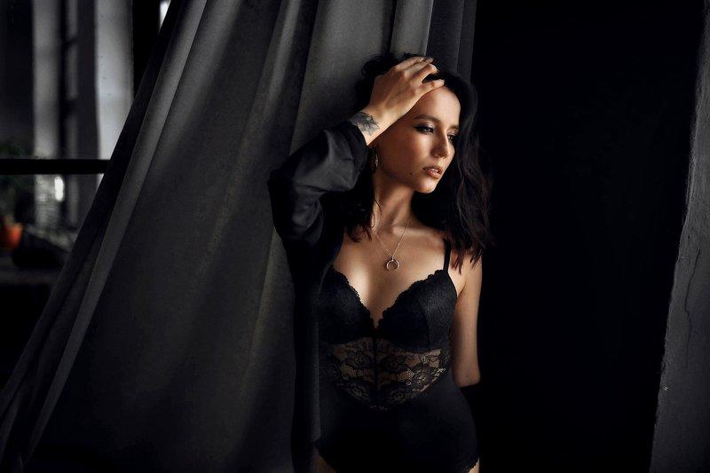 девушка, комната, черный, белый,  печаль ,красота ,грудь Иринаphoto preview