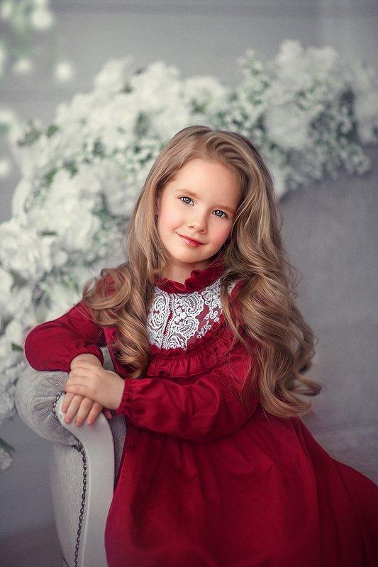 детский портрет, девочка, дети, красное платье, весна , цветы Таяphoto preview