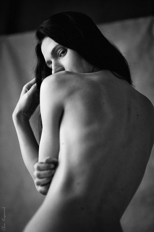 женский портрет, девушка, руки, чб про рукиphoto preview