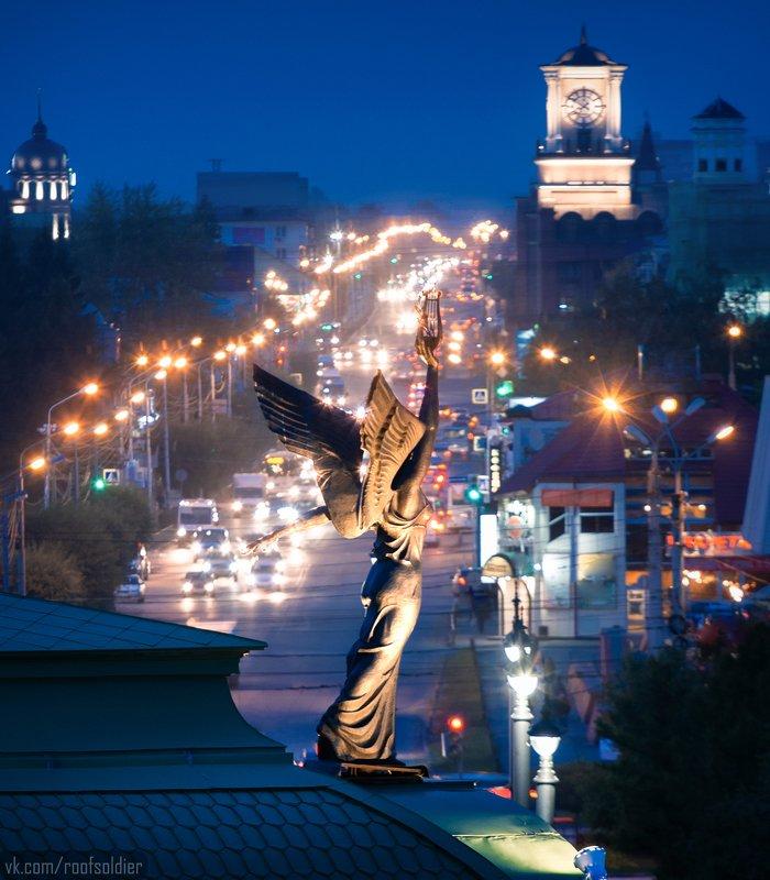 Крыша, памятник, скульптура, Омск, Россия, архитектура, город, пейзаж Крылатый генийphoto preview