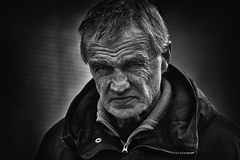 чб фото, жанровый мужской портрет Прохожийphoto preview