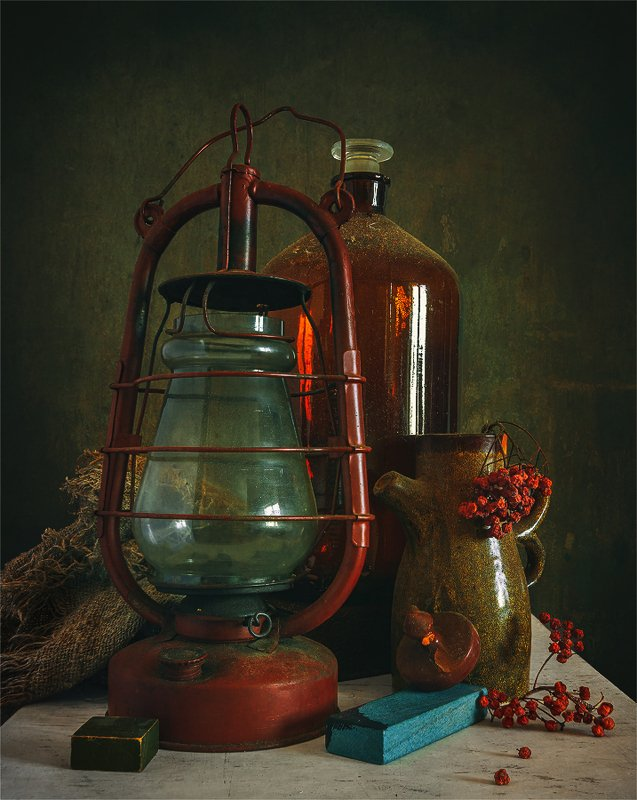still life, натюрморт,    винтаж,  ретро, керосиновая лампа, бутыль, кувшин, рябина, в чуланчикеphoto preview