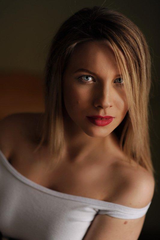 девушка, комната, черный, белый,  печаль ,красота ,грудь, красный, Татьянаphoto preview