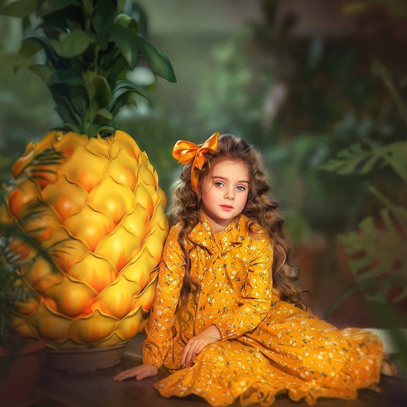 детский портрет, детская фотография, дети, желтое платье, красивая девочка, ананас, фрукты, сад Фруктphoto preview