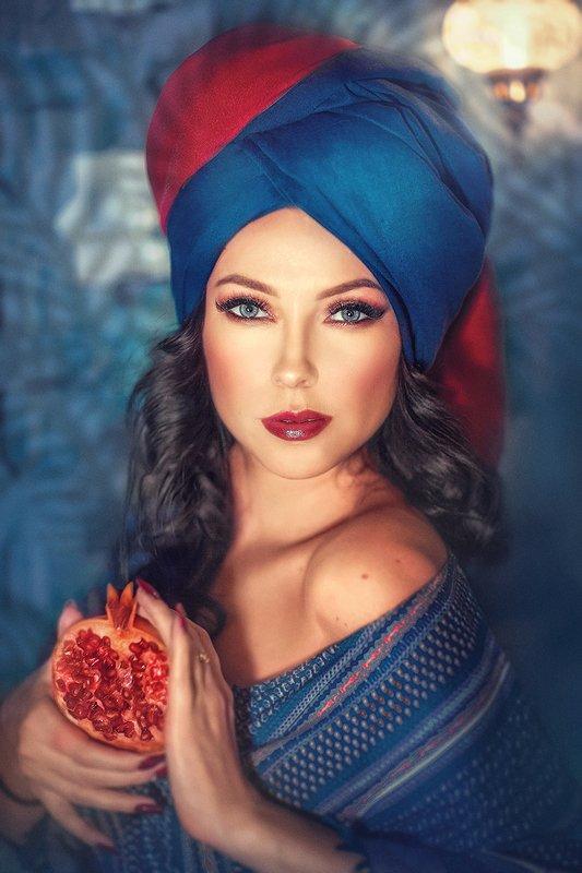 женский портрет, яркие цвета, восточная красавица, восток, чалма, гранат, фрукты, восточная сказка, синий, красный Гранатphoto preview