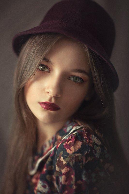 портрет, цвет, бордо, шляпка, девушка в шляпе, платье, свет, крупный план Шляпкаphoto preview