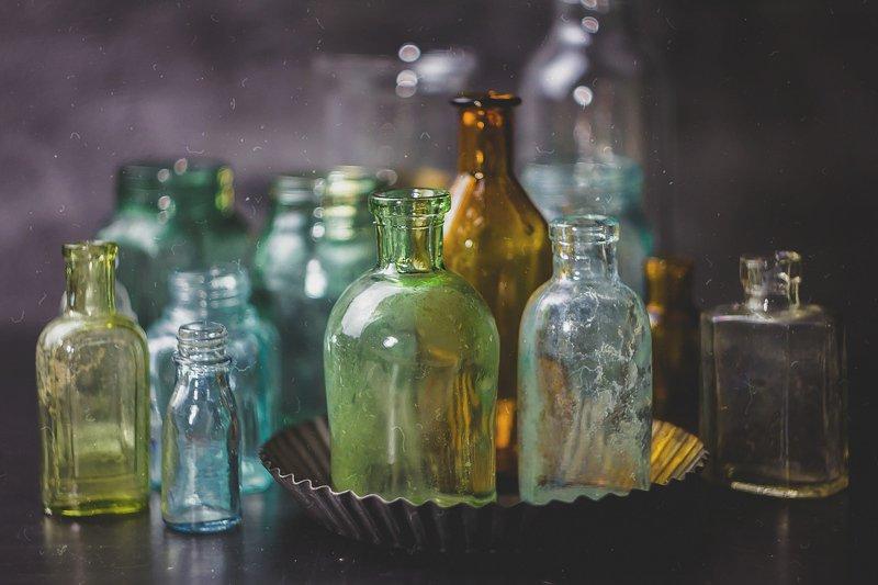 натюрморт, боке, прозрачный, бутылка, флакон, стекло, ретро, пузырек,  красивый, голубой, зеленый, блики Винтажное стеклоphoto preview