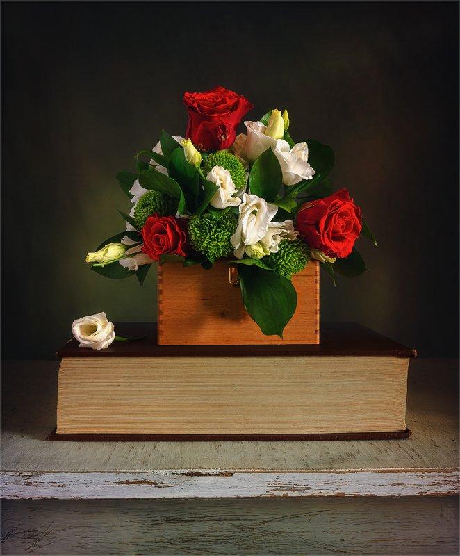 still life, натюрморт,    винтаж,    цветы,  букет, книга, шкатулка, натюрморт с маленьким букетикомphoto preview