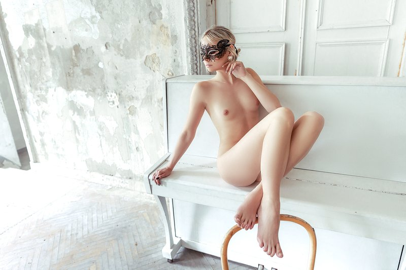 woman, nude, indoors, art, light Piano Melodyphoto preview