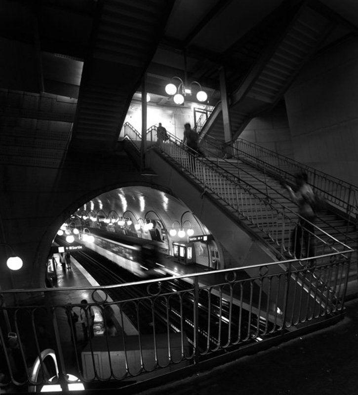 метро люди поезд СТАНЦИЯ МЕТРО. ОСТРОВ СИТЭphoto preview