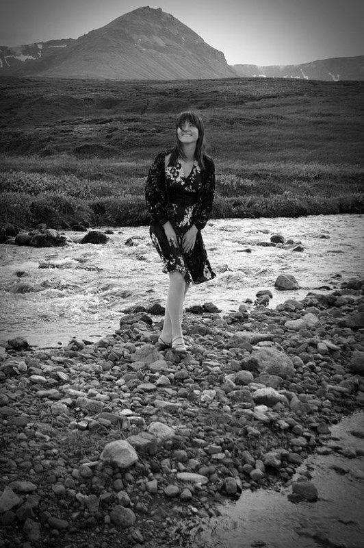 девушка, смех, горы, река, ручей, камни, исландия, платье в цветочек photo preview