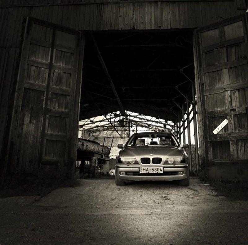 bmw, машина, заброшенный завод, пустырь, ворота, двери, фары, глаза, photo preview