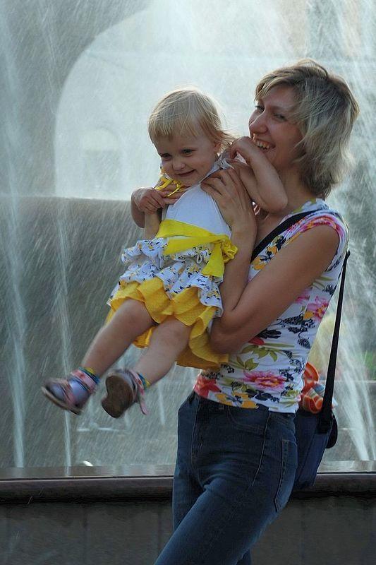фонтан, мама, ребенок У фонтанаphoto preview
