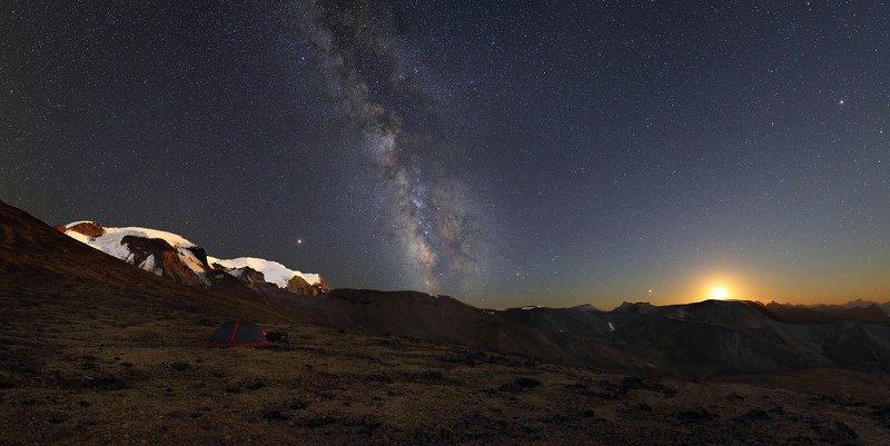 ночь эльбрус ночной пейзаж астрофотография звезды созвездия Лунный закат в Приэльбрусьеphoto preview