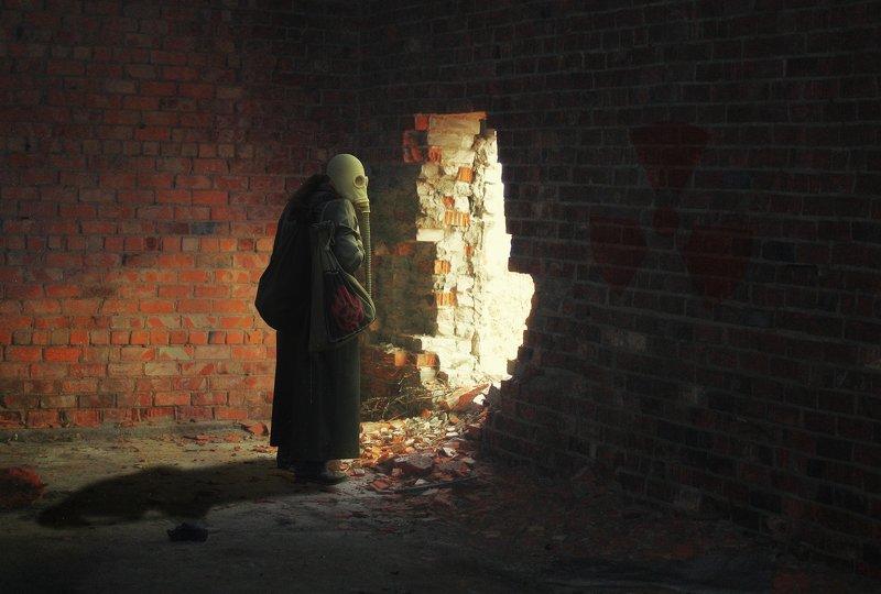 вирус, стена, луч света, мужчина в противогазе *****photo preview