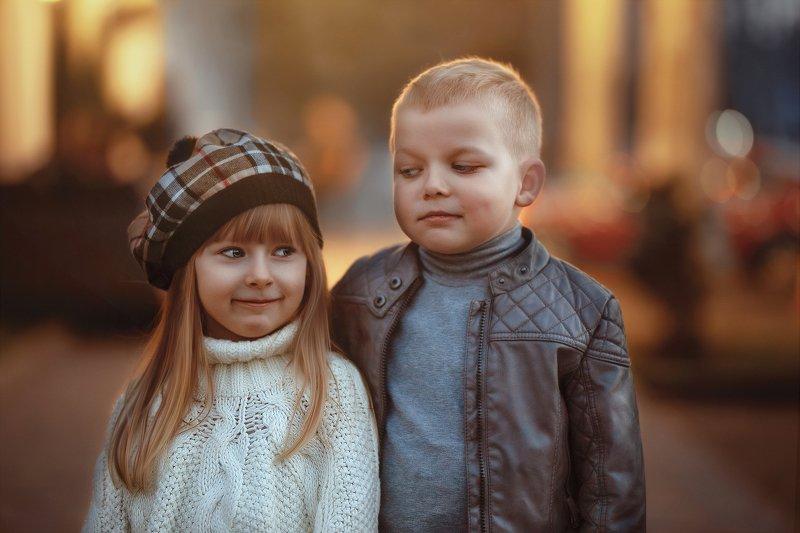 дети мальчик девочка прогулка вечер кокетство дети парк улыбки Веснаphoto preview