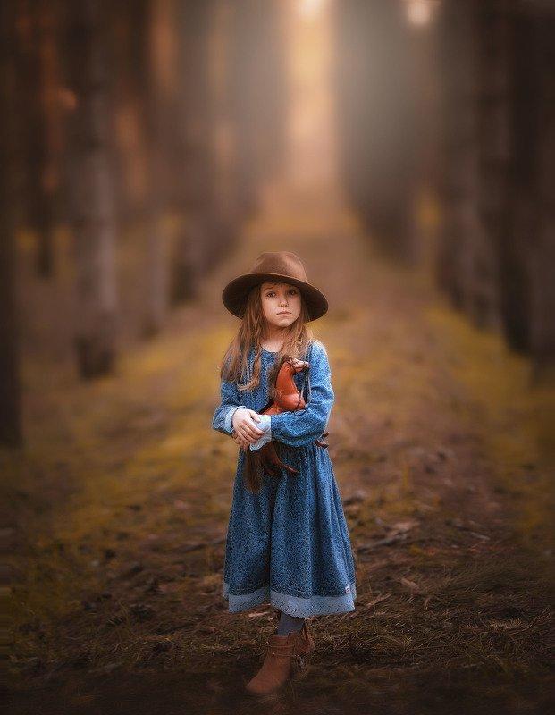 девочка детство вечер лес сосны лошадка игрушка платье шляпа аллея весна photo preview