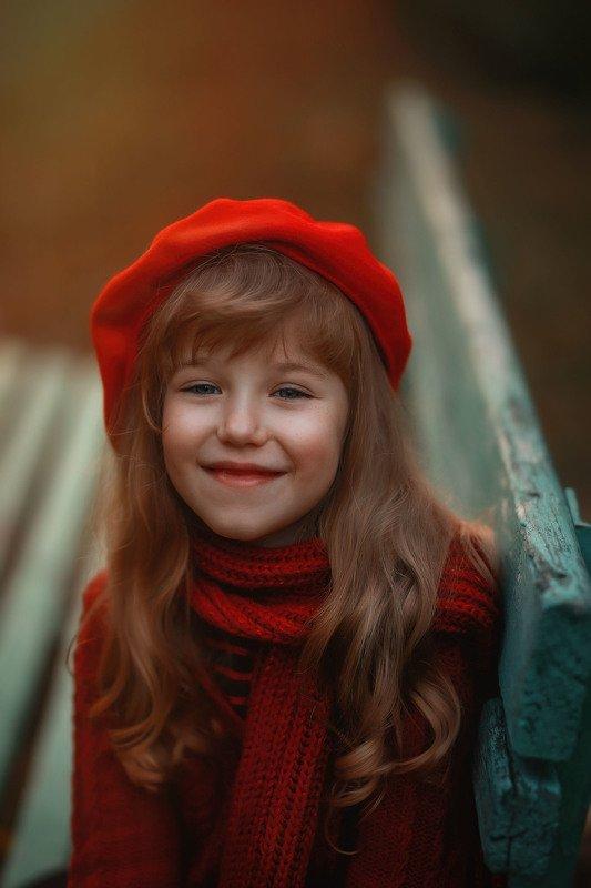 девочка, , , детство, вечер, парк, скамейка, закат, осень радость улыбка красный photo preview