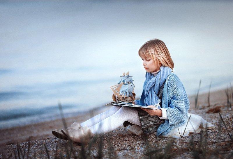 девочка пляж песок море книжка кораблик детство мечты одиночество photo preview
