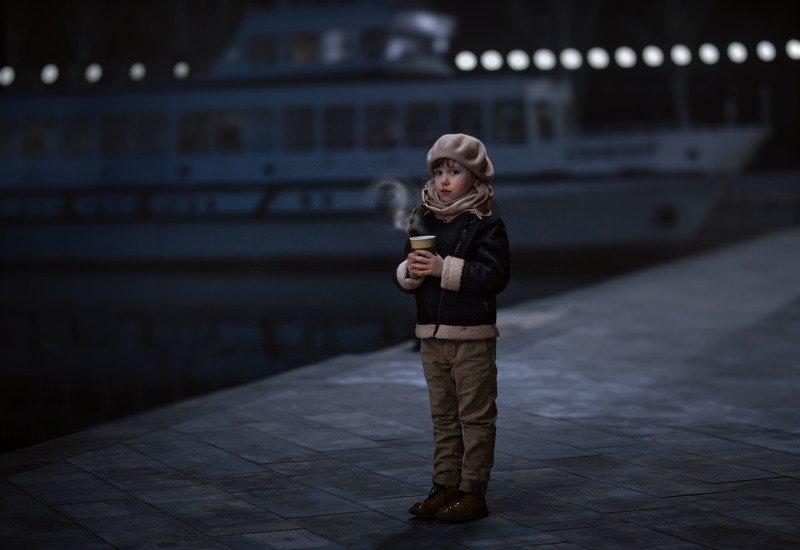 девочка, детство, вечер, порт, чай, зябко, сумерки, вода, корабль, речка на причалеphoto preview