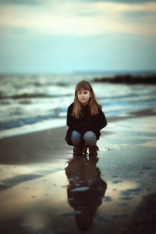 девочка, , , детство, вечер, , море, непогода, весна, холод, ветер, пляж, грусть, песок \