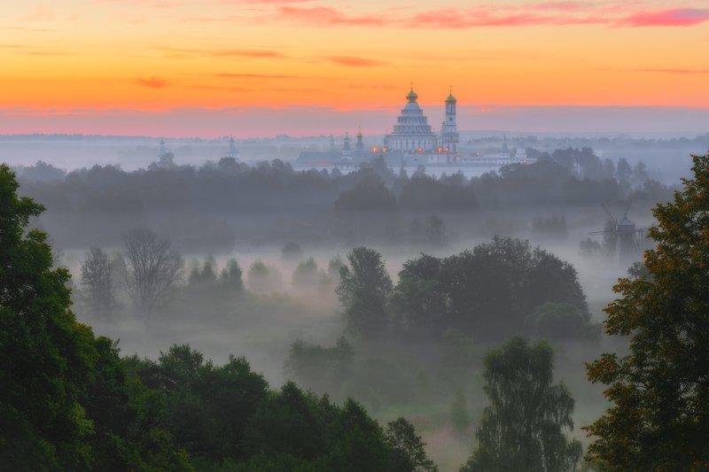лето, рассвет, солнце, туман, деревья Новоиерусалимский монастырь в рассветном тумане.photo preview