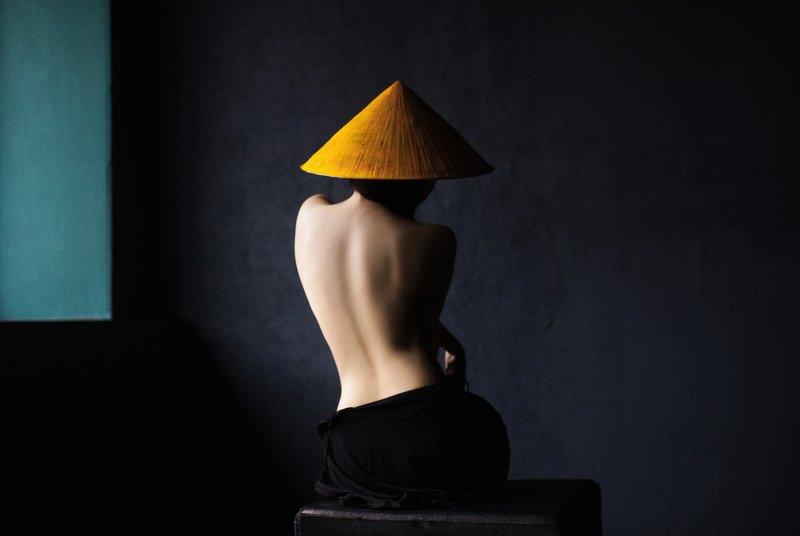 figure, beautiful figure, silhouette, beautiful, girl, youth, hat, yellow, mustard, monochrome, model, vase, triangle, geometry, window, sunlight, back, dark, art, Asiaphoto preview