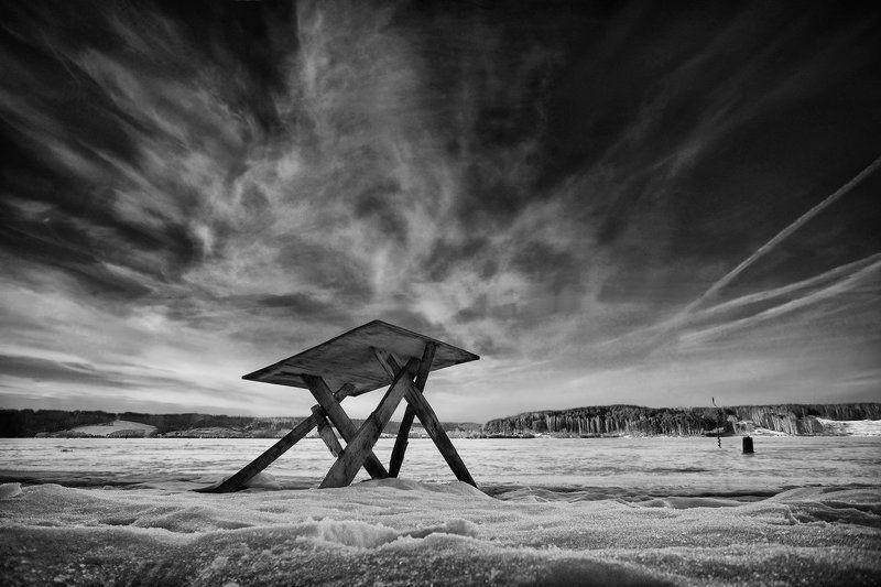 Про стол, который вышел на берег, потому что не хотел встречать Новый Год в одиночествеphoto preview