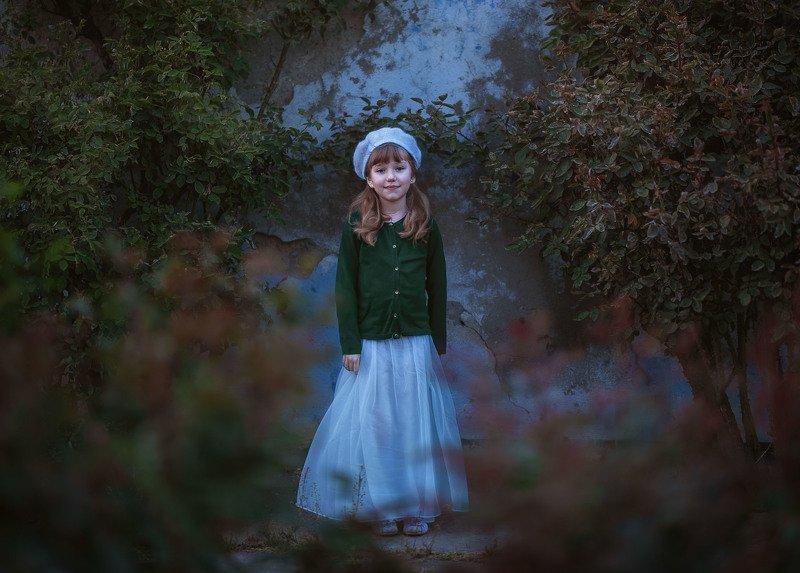 девочка ребенок детство голубой парк заброшенность весна вечер в заброшенном саду.photo preview