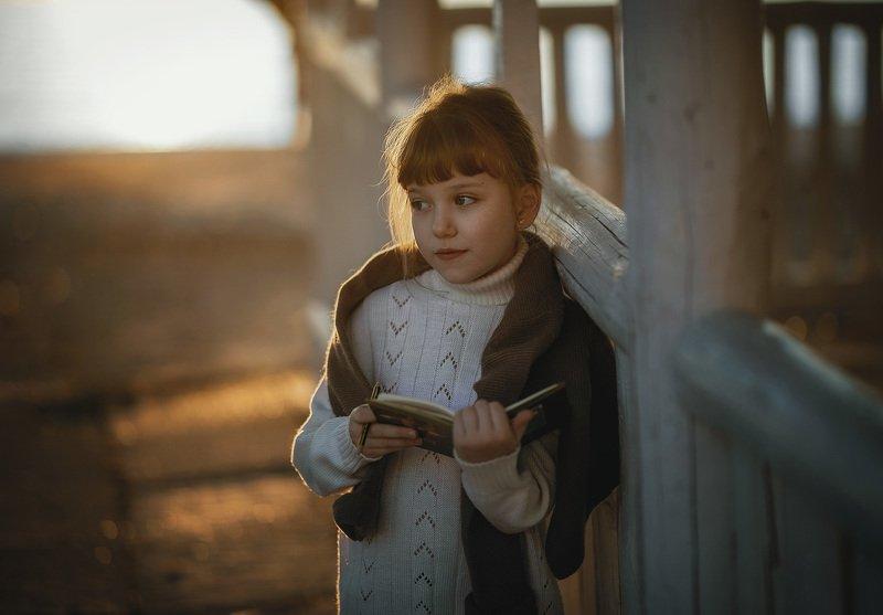 девочка, детство, вечер, закат, весна одиночество книга карандаш весна пляж раздумия зачинщица книги.photo preview