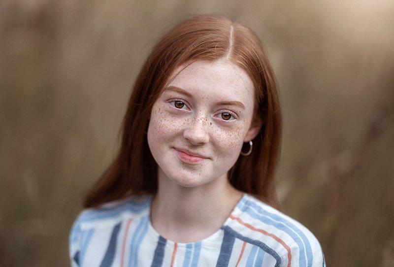 рыжеволосая девушка веснушки осень улыбка взгляд глаза естественность натуральность красавицы портретphoto preview