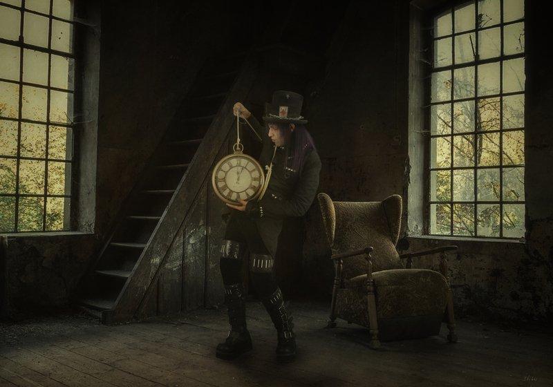 комната, часы, мужчина Шляпникphoto preview