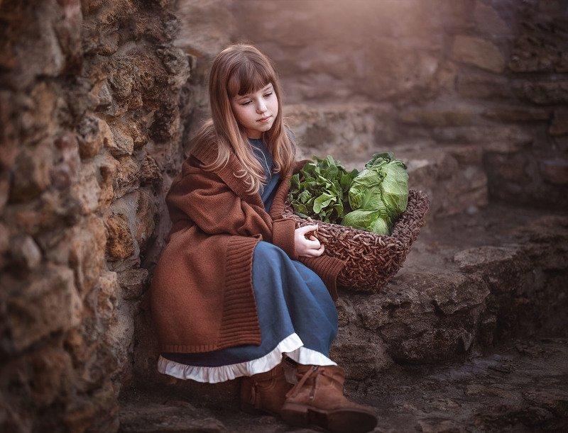 девочка детство крепость корзина зелень капуста шпинат лестница камень средневековье Зеленщицаphoto preview