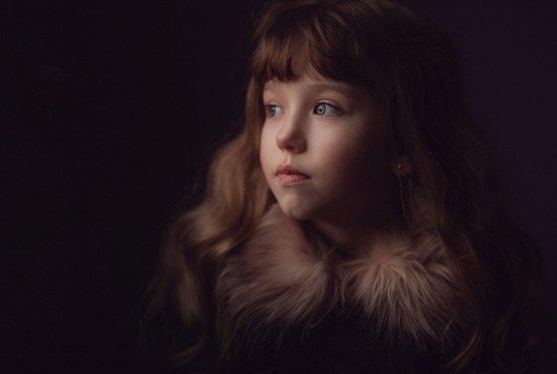 девочка ребенок грусть мех взгляд детство одиночество уныние У окна.photo preview